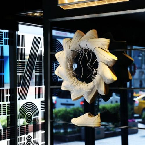 オニツカタイガー渋谷にて、デザイン集団TOMATO結成25周年を記念し、ジョン・ワーウィッカー氏のアート作品を展示