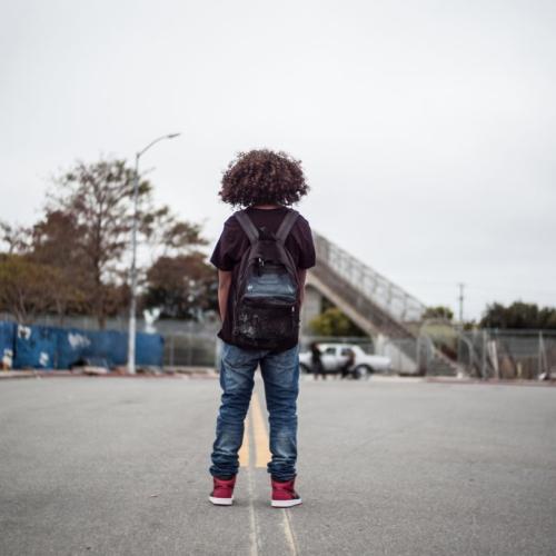 ジャスティン・ティッピング監督がカリフォルニアの闇と少年が成長する瞬間を描いたニューエイジ・ブラックムービー、KICKSを公開
