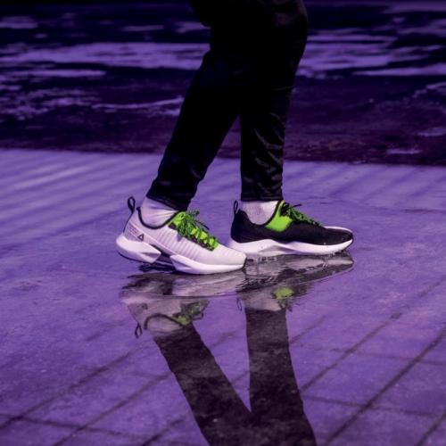 90年代リーボックの代表的な様々なシューズのデザイン・テクノロジーを採用した SOLE FURY が登場