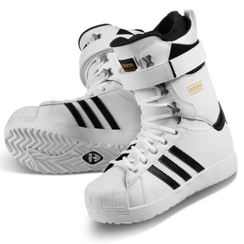 アディダス スノーボーディングは、Superstar生誕45周年をセレブレイトしてスノーボーディング用にリデザインされたSuperstar Bootを発表
